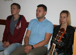 Студенти першого та другого курсів на вечірній молитві